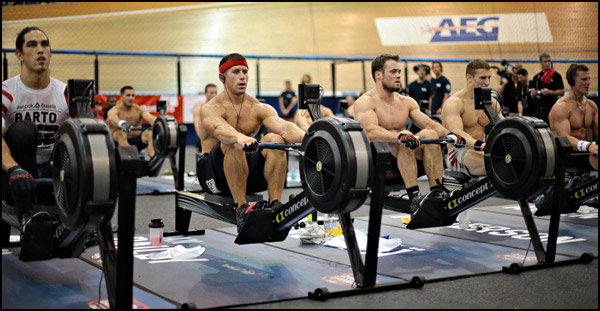 Спортсмены на гребных тренажерах