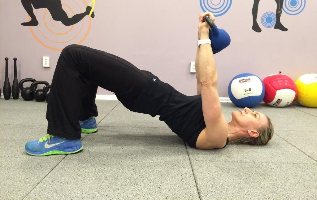 упражнения для груди с гирей