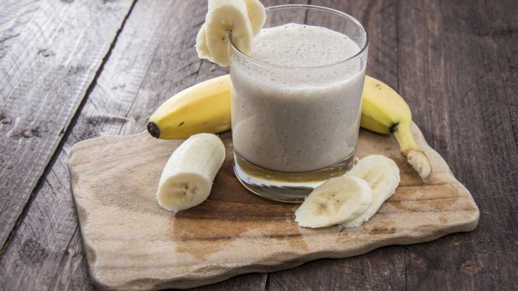 Протеиновый коктейль и бананы