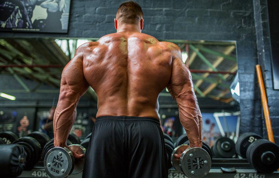 Спортсмен с мышцами