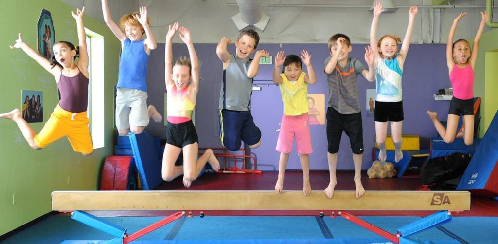 Дети в прыжке