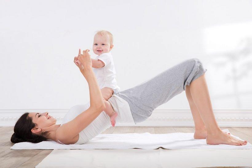 ребенок с мамой во время упражнений