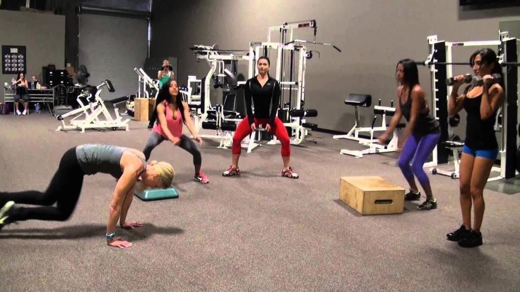 Круговая тренировка девушек