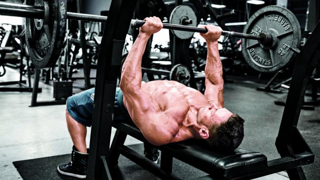 тренировка в зале для мужчин