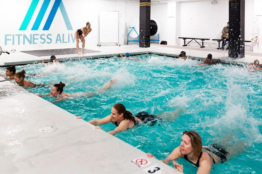 девушки в бассейне держатся за бортик