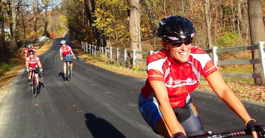 Девушки катаются на велосипедах