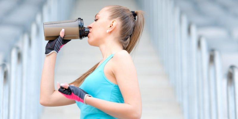 девушка пьет протеиновый коктейль