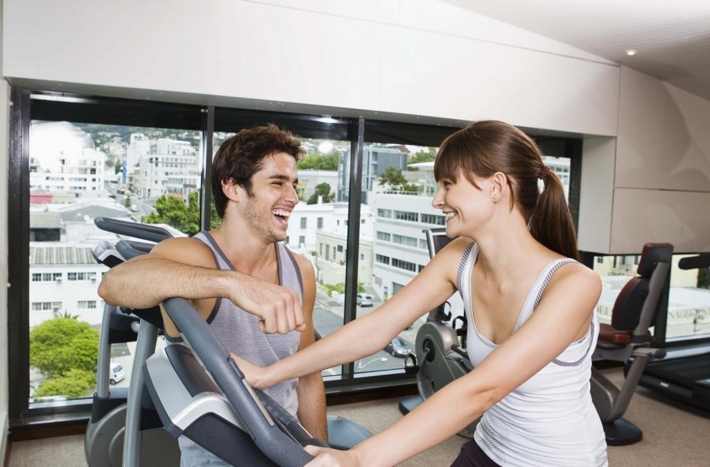 парень и девушка занимаются спортом