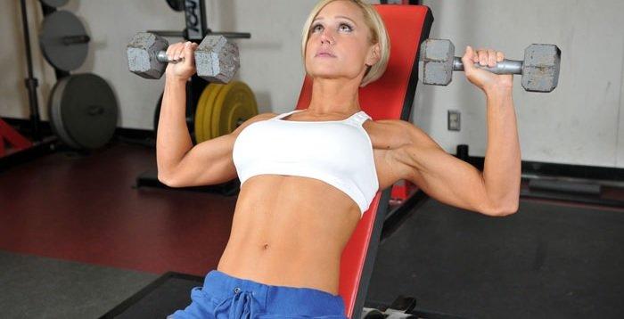 гантели фитнес девушка