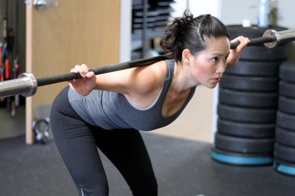 упражнения на спину со штангой и гантелями дома