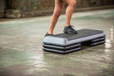 Зашагивания на платформу - простое и эффективное упражнение для ягодиц и бедер