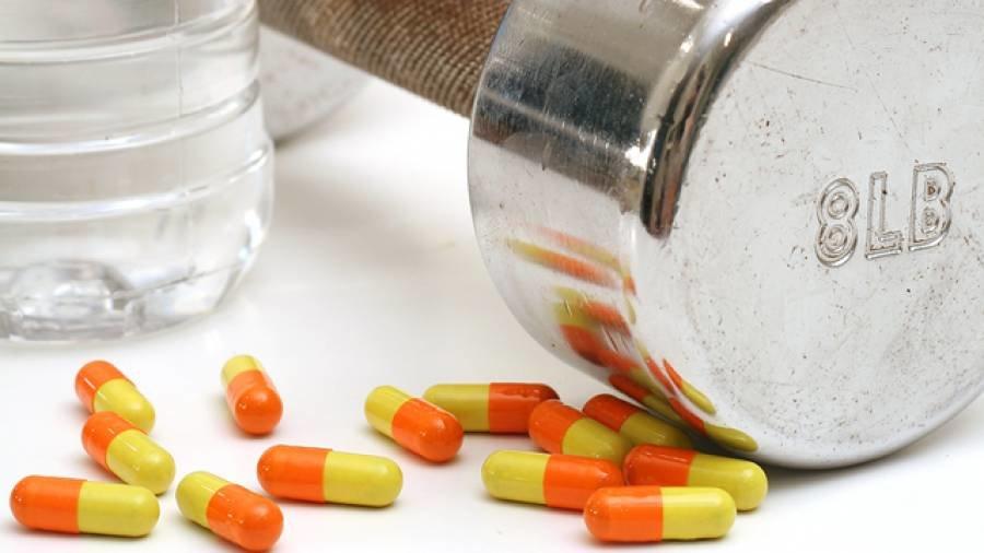 Оранжевые пилюли на столе