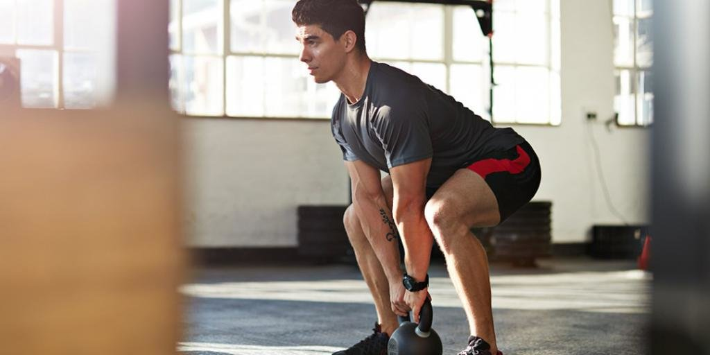 Мужчина тренирует ноги